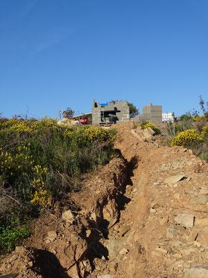 den Berg hinauf führt der Graben für die Elektro-und Wasserleitungen und endet am Häuschen