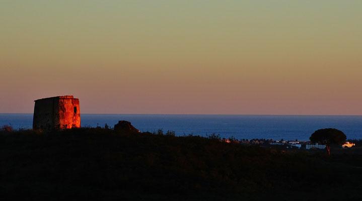 diese malerische alte Mühle gehört zu einem der besonders schönen Ausblicke an einem der höchsten Punkte auf unserem Grundstück, hier scheint sie durch die letzten Strahlen der untergehenden Sonne zu glühen ...