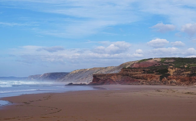 der beeindruckende rote Felsen am Strand von Bordeira, Westatlantikküste
