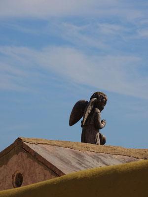 betender kleiner Engel auf dem Dach eines Grabes in Budens, Westalgarve
