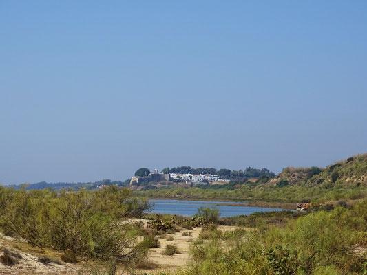 dieser wunderschöne Blick auf Cacela Velha eröffnet sich in der Lagunenlandschaft vor Manta Rota