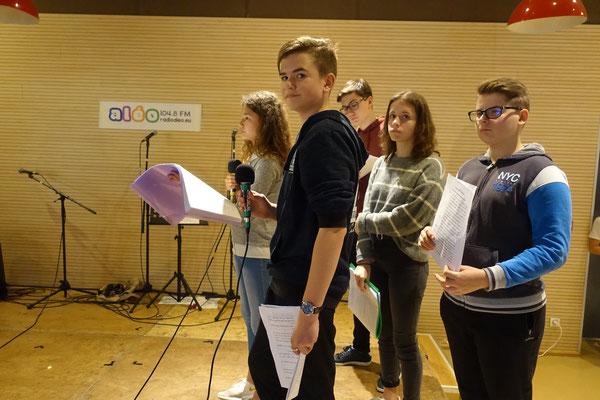 Eden avant son entrée en scène (avec Inès, Benjamin, Caroline et Esteban)