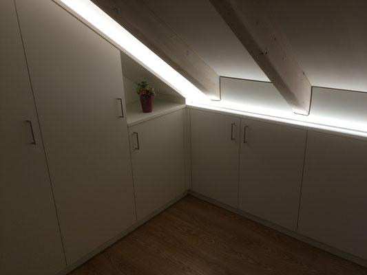 Einbauschrank mit LED Beleuchtung