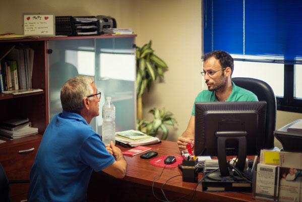 Gabriel entrevistando a la asociación de Migrantes de Talavera