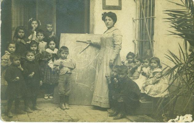 Fotografía, grupo de escolares con la maestra Mercedes Bertolín, ca. 1916, Gata de Gorgos. Colección Alejandro Mayordomo