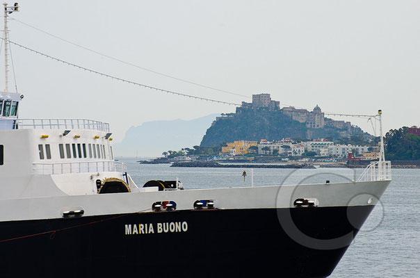 130425_RAW2389 Fähre und Blick auf das Castello Aragonese