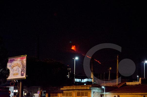 Catania Bahnhof mit strombolanischen Eruptionen am Ätna