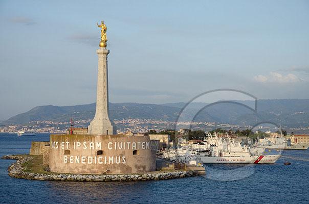 Einfahrt in den Hafen von Messina