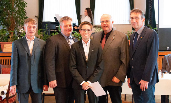 Berufsschullehrer Christian Lindhorst, Lehrlingswart Ricardo Schmorl, Jahrgangsbester Ryan Banerjea, Obermeister Jörg Klintworth, Altgeselle Jörg Elfers.