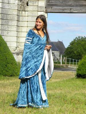 Robe médiévale en velours frappé bleu