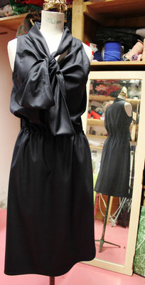 Robe noeud noir et marine, de dos