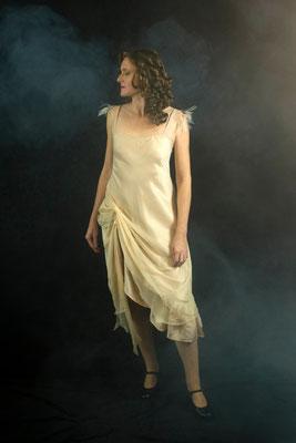 Robe dans le biais en soie et mousseline de soie - Bretelles en plumes -crédit : Photo Club de Thuir