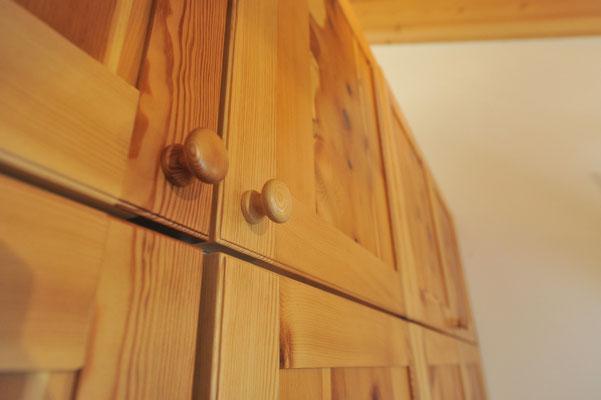 Dettaglio portine armadio in legno di pino cembro