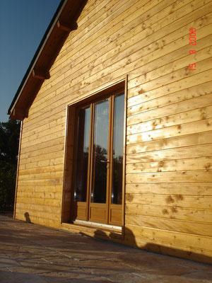 Traitement à l'huile des façades d'une maison en bois dans la région de Rodez