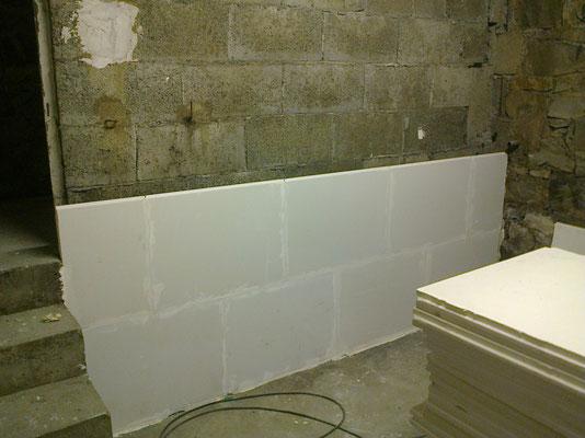 Doublage d'une cloison en carreaux de plâtre dans une chauuferie d'immeuble à Rodez