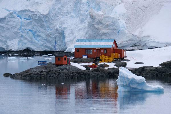 Die argentinische Forschungsstation Brown auf der antarktischen Halbinsel