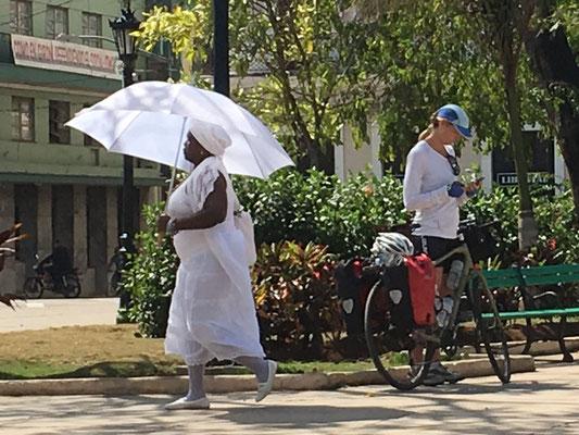 Une témoin de jéhova, toute de blanc vétue