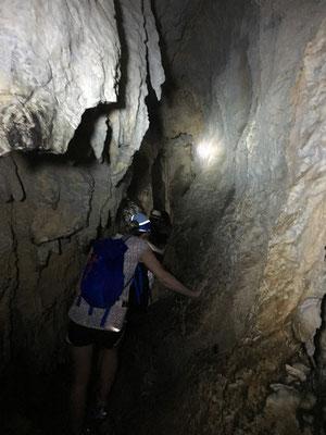 Traversée d'un mogote par une grotte