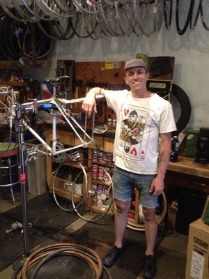 Nick, mon hôte, mécano vélo
