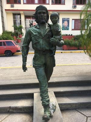 Statue du Ché et un enfant à Santa Clara