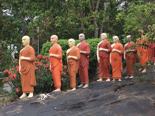 Procession de 80 statues de moines à Ranawana