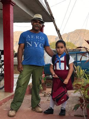 Grand père accompagne sa petite-fille à l'école