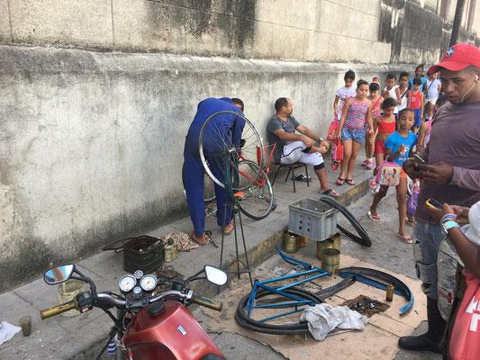 Un réparateur de vélo dans la rue