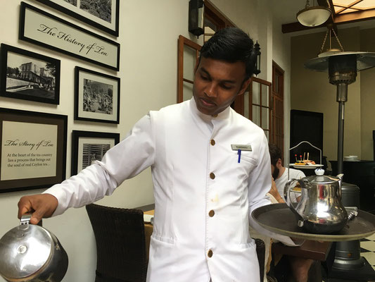 Service du thé au Grand Hotel de Nuwara Elyia