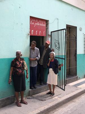 Devant une maison de retraite à La Havane