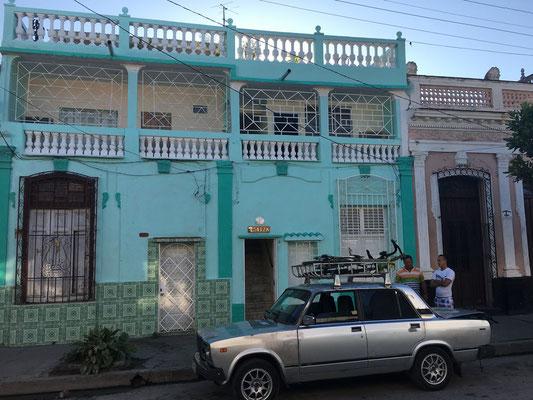 Les vélos sont chargés sur un taxi pour rejoindre El Nicho