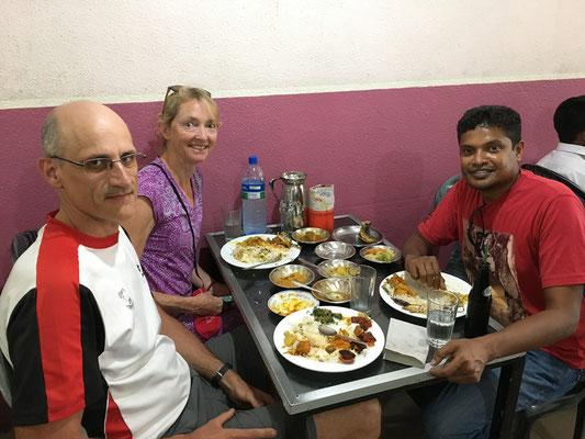 Repas avec notre chauffeur de taxi pri pour rejoindre Colombo