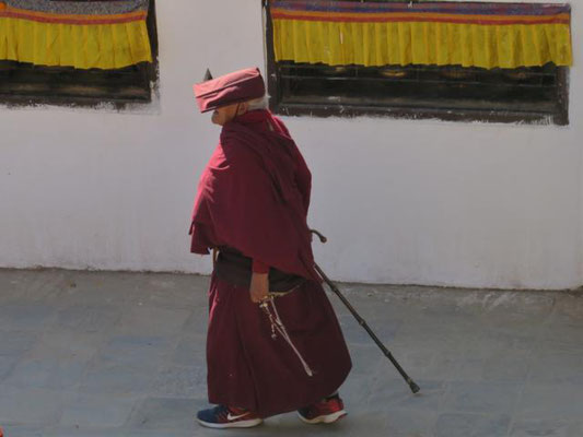 Pilger auf der Kora um die Stupa