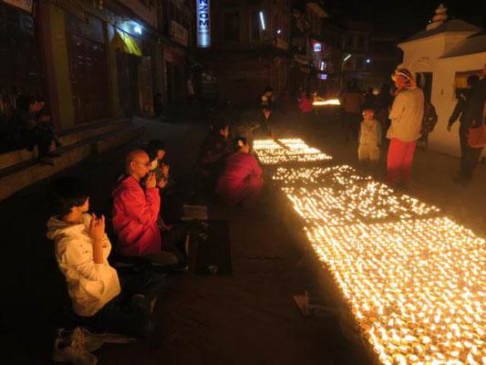 Ein Meer von Kerzen rund um die Stupa