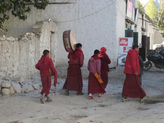 Mönche auf dem Weg zur Puja in Lo Mantang