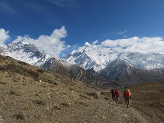 Weg nach Muktinah, der mittlerer Berg ist der Thorong Peak
