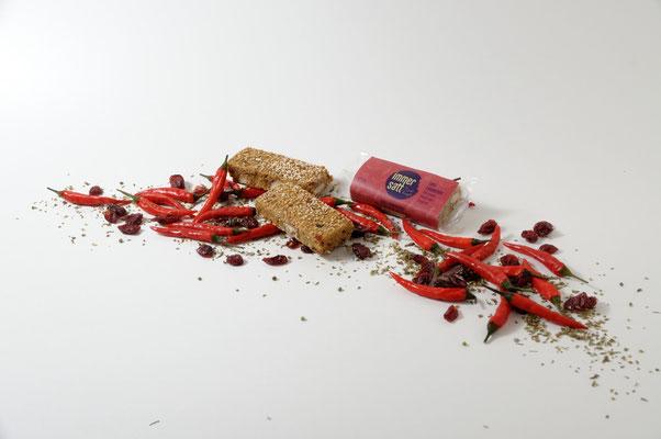 Stilleben Immersatt Müsliriegel Chili Cranberry mit einem Hauch von Oregano