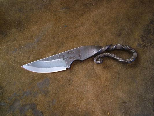 Couteau brut de forge, longueur totale 19cm, lame 9cm. Acier XC75 trempe sélective
