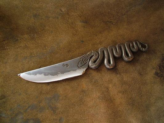 Brut de forge, longueur totale 22,5cm, lame 10,5cm. Acier XC75 trempe sélective. Gravure à l'eau-forte