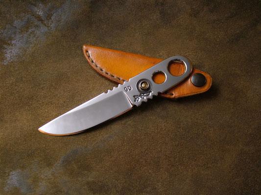 Couteau type squelette, Clip Cut, longueur totale 13cm, lame 7,5cm. Acier 440A, 440C ou D2, Bouton-pression. Etui en cuir