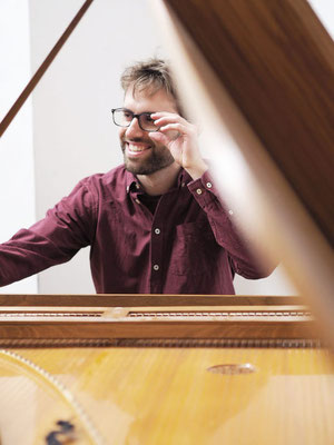 Learn piano online with Joan Travé, also Spanish, Catalan, German, stage fright coaching