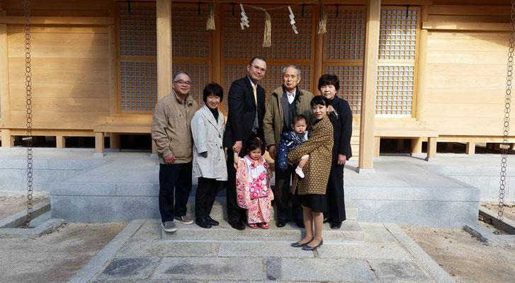 総社宮拝殿の前で記念撮影をする七五三のお参りに訪れたさやちゃんご家族
