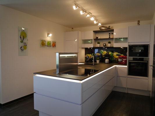 Eine moderne Dunstabzugsanlage zum ausfahren in der modernen Küche