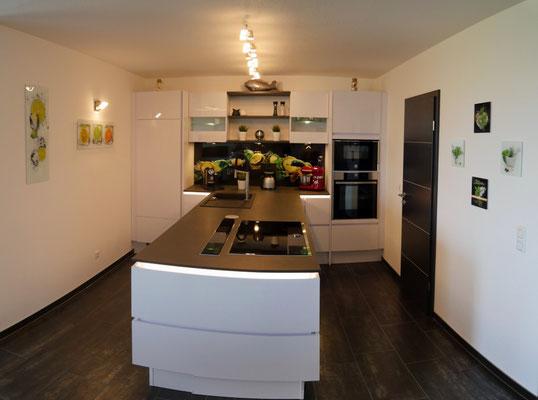 Die moderne Küche der Ferienwohnung Nr. 13 ion der Residenz Windjammer