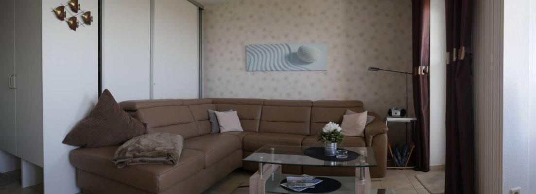 Das moderne Sofa mit einem ausfahrbarem Fußteil