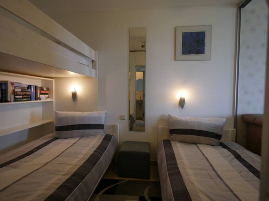 Der abgeteilte Schlafbereich mit 2  breiten Einzelbetten 100cmx200cm