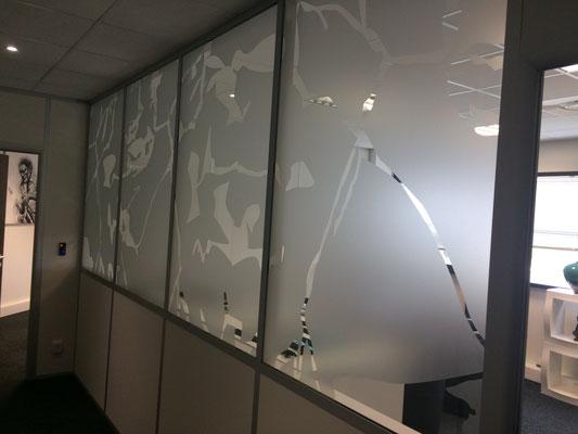 Marquage adhésif vitre sablé