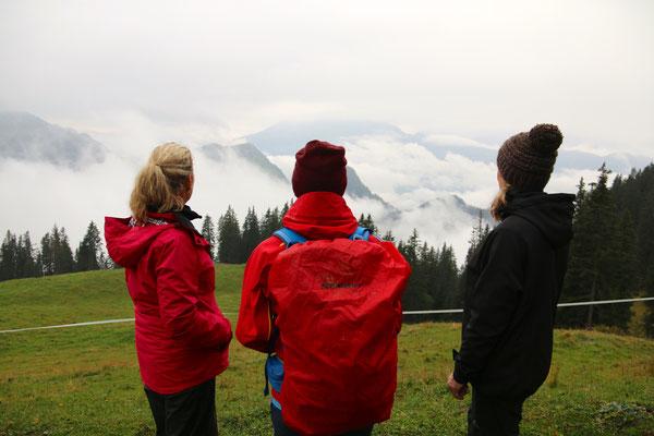 Nachmittagswanderung - die drei Mädels geniessen die Aussicht...