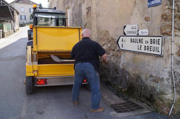 Lorque la machine connaît des difficultés pour ramasser les déchets ou détritus, ceux-ci sont récupérés à la main.