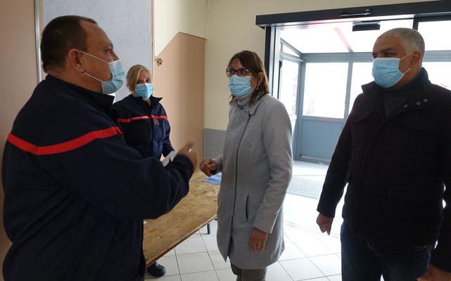 Les agents du SDIS02 accueillent Anne Maricot et Dominique Duclos.