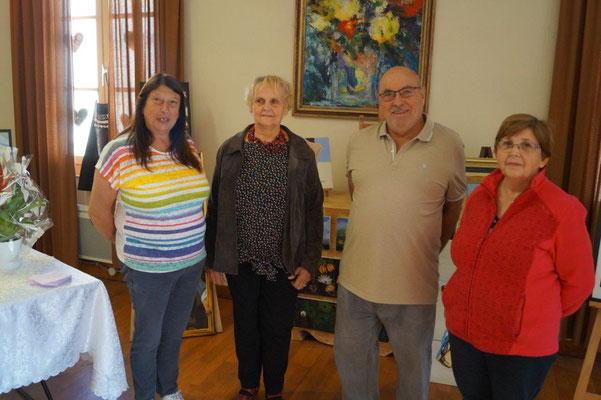 Jacqueline Gouby (à gauche), Jean-Luc et Nadine (à droite), deux adhérents de l'Atelier Libre de Peinture, entourent Yvette Lambert.